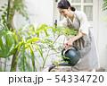 ジョウロで水やりをする若い女性 ガーデニング 54334720