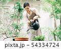 ジョウロで水やりをする若い女性 ガーデニング 54334724