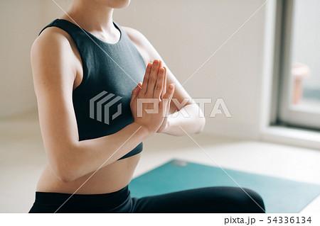ヨガをする若い女性 日本人 瞑想 集中 54336134
