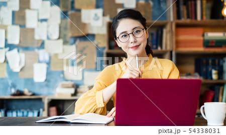 書斎の女性 54338031