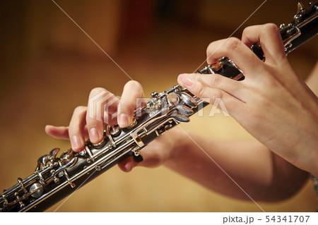 オーボエを吹く女性 54341707