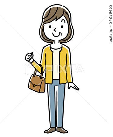 バッグを持つ笑顔の中年女性 54359465