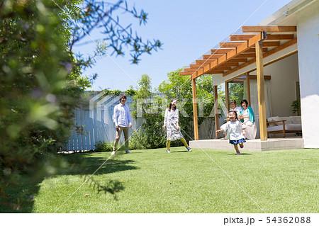 三世代家族、青空、庭、遊ぶ、マイホーム 54362088
