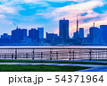 夕暮れの東京のビル群 54371964