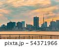 夕暮れの東京のビル群 54371966