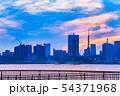 夕暮れの東京のビル群 54371968