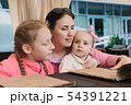 Mom with children in the cafe read the menu 54391221