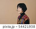 チェックのワンピースを着た若い女性 54421938