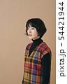 チェックのワンピースを着た若い女性 54421944