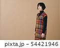 チェックのワンピースを着た若い女性 54421946