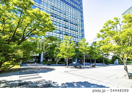 緑の多いオフィスビルのテラス 54448399