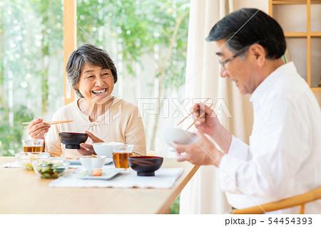 シニアの夫婦(食事) 54454393