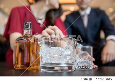 お酒を作る女性 54471885