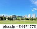 青空のマンション街と公園 54474775