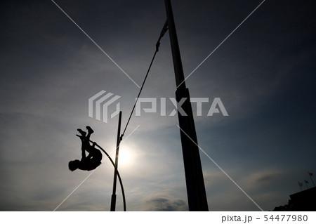 棒高跳びのシルエット 54477980