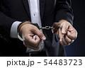 手錠をかけられた男性の手 54483723