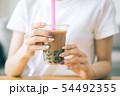 タピオカミルクティーを飲む若い女性 54492355