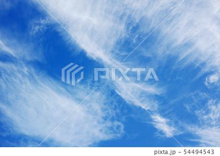 風が強い日の青空に浮かぶ上層雲 54494543