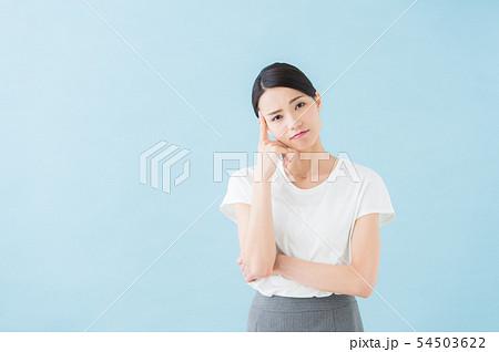 ビジネス 20代女性(青背景) 54503622