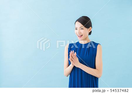夏 20代女性(青背景) 54537482