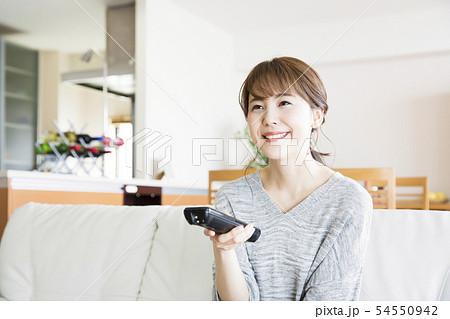 女性 若い女性 主婦 テレビ リビング ダイニング ソファ ライフスタイル リラックス スマイル 54550942