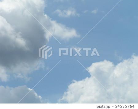 梅雨の晴れ間の青い空と白い雲 54555764