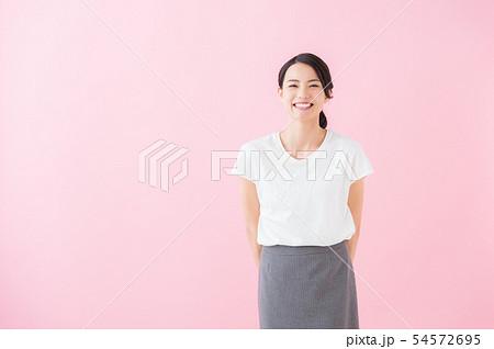 ビジネス 20代女性(ピンク色背景) 54572695