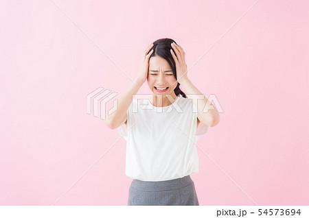 ビジネス 20代女性(ピンク色背景) 54573694