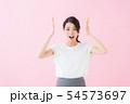 ビジネス 20代女性(ピンク色背景) 54573697