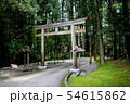 熊野古道 中辺路、祓殿王子から熊野本宮大社本殿に向かう途中にある鳥居 54615862