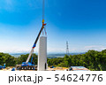 風力発電用風車の組み立て作業中のクレーン作業と送電鉄塔 54624776