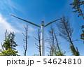 山の頂上付近に設置された風力発電用大型風車 54624810
