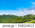 山の頂上付近に設置された風力発電用大型風車と送電線 54624812