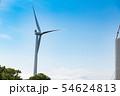 山の頂上付近に設置された風力発電用大型風車とクレーンによる組み立て作業 54624813