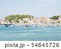 マヨルカ島のリゾートマンションの並ぶ小山に囲まれた港に浮かぶボート 54645726