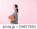 スーツの20代女性(ピンク色背景) 54657691