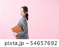スーツの20代女性(ピンク色背景) 54657692