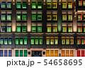 シンガポール・シンガポール情報通信芸術省のカラフルな窓 夜景 54658695