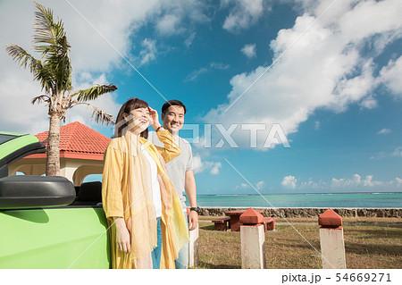 海外旅行イメージ ビーチ 海 オープンカー 人物 54669271