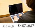 ノートパソコンを入力する30代女性後ろ姿 54671087
