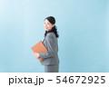 ビジネス 20代女性(青背景) 54672925