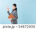 ビジネス 20代女性(青背景) 54672930