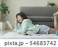 女性 若い ソファーの写真 54683742