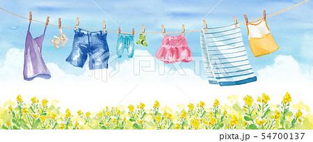 青空の下で干す洗濯物いろいろ(スカート、タオル、靴下、パンツ、デニム、子供服、キャミソール) 54700137