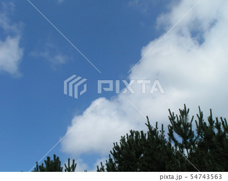 夏の青空と白い雲 54743563
