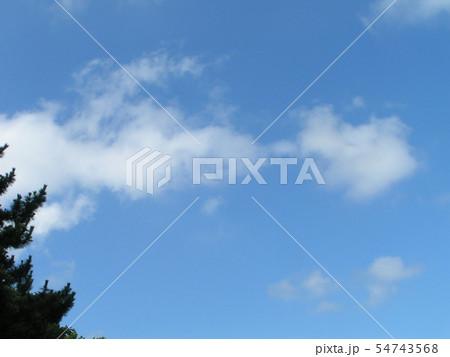 夏の青空と白い雲 54743568