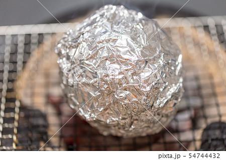 玉ねぎのホイル焼き・包み焼きアンチョビバター・BBQ・bbq・炭火焼・網焼・七輪・炭・キャンプ・網 54744432