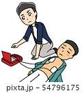 AEDを使って人命救助をする男性 54796175