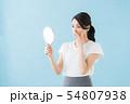 鏡を見る女性(青背景) 54807938