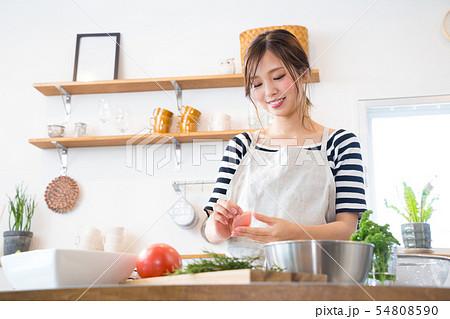 キッチンで料理を作る若い主婦 54808590